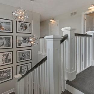 グランドラピッズの木のトランジショナルスタイルのおしゃれな折り返し階段 (木の蹴込み板) の写真
