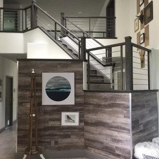 Foto de escalera recta, ecléctica, grande, con escalones de madera, contrahuellas con baldosas y/o azulejos y barandilla de varios materiales