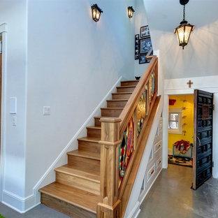 オースティンの広い木のエクレクティックスタイルのおしゃれなかね折れ階段 (木の蹴込み板、混合材の手すり) の写真