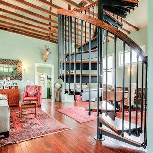 シカゴの中サイズの木のエクレクティックスタイルのおしゃれならせん階段 (金属の蹴込み板、混合材の手すり) の写真