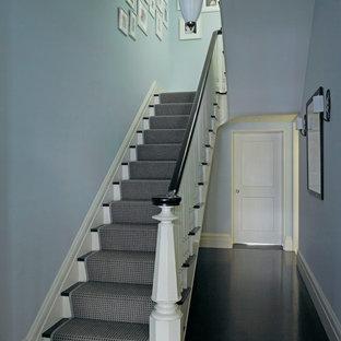 ニューヨークのトラディショナルスタイルのおしゃれな折り返し階段の写真