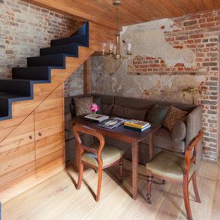 Ejemplo de escalera en L, bohemia, con escalones de madera pintada y contrahuellas de madera pintada