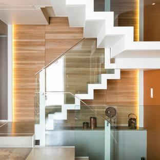 Diseño de escalera en U, actual, con escalones de madera pintada y contrahuellas de madera pintada