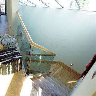 Ejemplo de escalera en L, contemporánea, pequeña, con escalones de madera y contrahuellas de madera