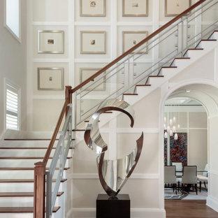 Modelo de escalera en L, mediterránea, grande, con escalones de madera, contrahuellas de madera y barandilla de varios materiales