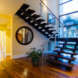 Ejemplo de escalera suspendida, contemporánea, de tamaño medio, sin contrahuella, con escalones de madera