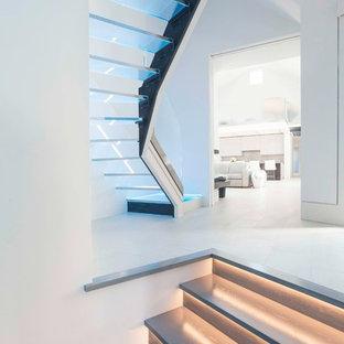 Foto de escalera curva, moderna, grande, sin contrahuella, con escalones de vidrio