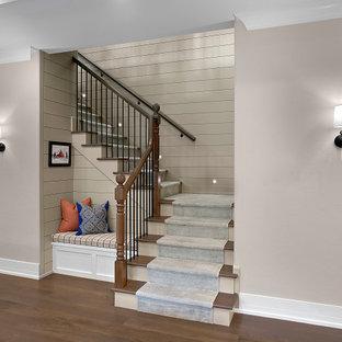 Modelo de escalera en U y machihembrado, tradicional, de tamaño medio, con escalones de madera, contrahuellas de madera, barandilla de madera y machihembrado