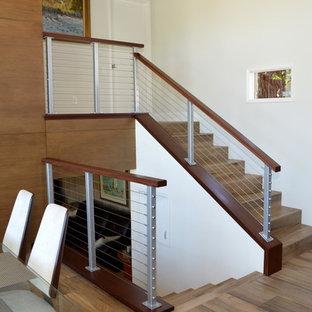 サンディエゴの中サイズのタイルのミッドセンチュリースタイルのおしゃれなかね折れ階段 (タイルの蹴込み板、混合材の手すり) の写真