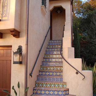 Foto de escalera recta, mediterránea, con contrahuellas con baldosas y/o azulejos y escalones de terracota