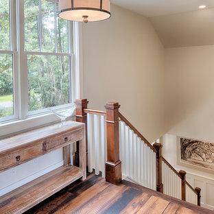 Modelo de escalera recta, campestre, de tamaño medio, con escalones de madera y contrahuellas de madera pintada