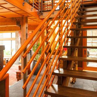 Ejemplo de escalera recta, rural, de tamaño medio, sin contrahuella, con escalones de madera y barandilla de madera