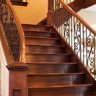 Modelo de escalera recta, clásica, con escalones de madera y contrahuellas de madera