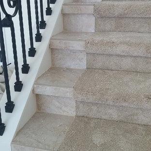 Ejemplo de escalera en L, clásica, con escalones con baldosas y contrahuellas con baldosas y/o azulejos