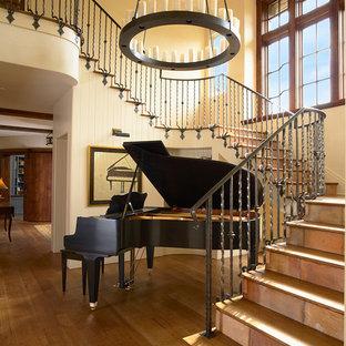 Foto de escalera clásica con escalones de madera y contrahuellas con baldosas y/o azulejos