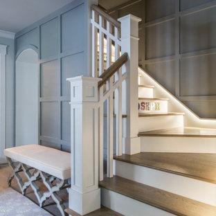 Mittelgroße Klassische Holztreppe in L-Form mit Holz-Setzstufen und Holzgeländer in Sonstige