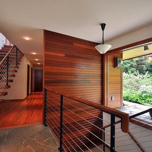 Foto de escalera suspendida, contemporánea, de tamaño medio, sin contrahuella, con escalones de madera y barandilla de cable