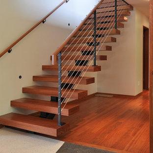 Imagen de escalera suspendida, contemporánea, de tamaño medio, sin contrahuella, con escalones de madera