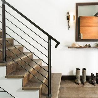 Ejemplo de escalera recta, rural, de tamaño medio, con escalones de madera y contrahuellas de madera