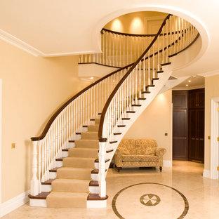 他の地域の広い木のトラディショナルスタイルのおしゃれならせん階段 (木の蹴込み板) の写真