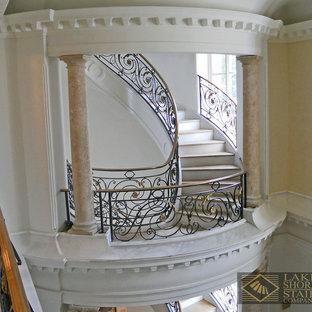シカゴの広いタイルのトラディショナルスタイルのおしゃれなサーキュラー階段 (フローリングの蹴込み板) の写真