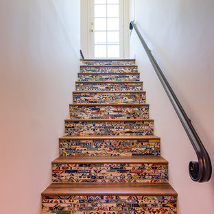 サンディエゴの広い木の地中海スタイルのおしゃれな直階段 (タイルの蹴込み板) の写真