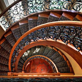 Foto de escalera curva, clásica, grande, con escalones de madera