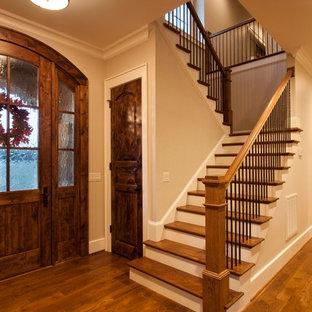 Diseño de escalera en U, clásica, extra grande, con escalones de madera, contrahuellas de madera pintada y barandilla de metal
