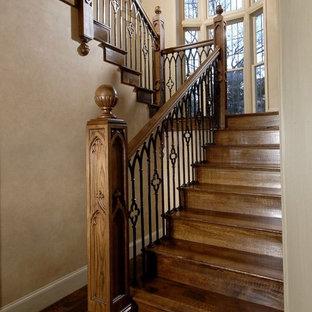 ダラスの小さい木のトラディショナルスタイルのおしゃれなかね折れ階段 (木の蹴込み板) の写真