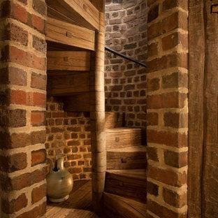 ミルウォーキーの木のラスティックスタイルのおしゃれならせん階段 (木の蹴込み板) の写真