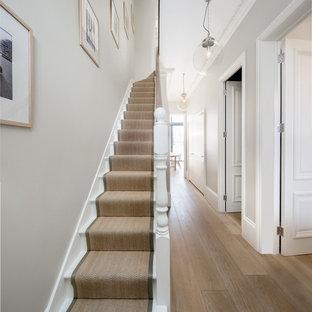 Idéer för att renovera en mellanstor vintage rak trappa i målat trä, med räcke i trä och sättsteg i målat trä