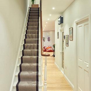 Imagen de escalera recta, tradicional, pequeña, con escalones de madera pintada y contrahuellas de madera pintada
