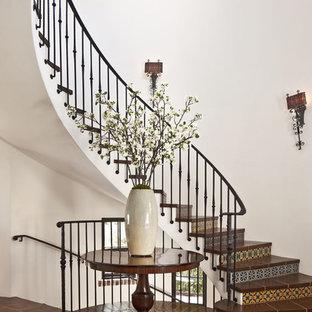 Imagen de escalera curva, mediterránea, extra grande, con escalones con baldosas y contrahuellas con baldosas y/o azulejos