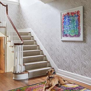 Mittelgroße Klassische Treppe mit Teppich-Treppenstufen, Teppich-Setzstufen und Holzgeländer in New York