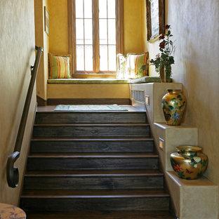 Ejemplo de escalera mediterránea con escalones de madera y contrahuellas de madera
