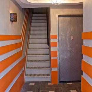 ニューヨークの中くらいのタイルのコンテンポラリースタイルのおしゃれな直階段 (金属の蹴込み板) の写真