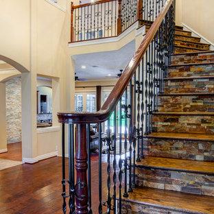Ejemplo de escalera en L, clásica renovada, de tamaño medio, con escalones de madera y contrahuellas con baldosas y/o azulejos