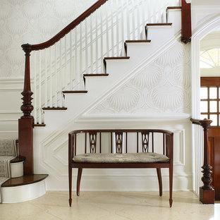 """Foto di una scala a """"L"""" chic di medie dimensioni con parapetto in legno, pedata in legno e alzata in legno verniciato"""