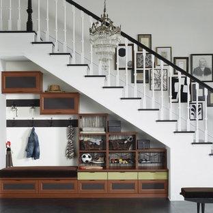 Foto de escalera recta, clásica, de tamaño medio, con escalones de madera pintada, contrahuellas de madera pintada y barandilla de madera