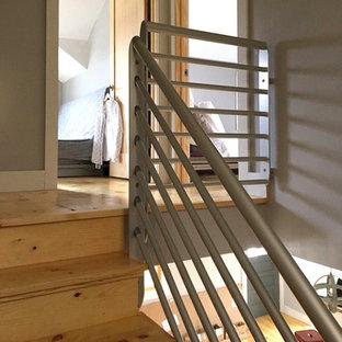 Ejemplo de escalera en L, moderna, pequeña, con escalones de metal, contrahuellas de metal y barandilla de metal