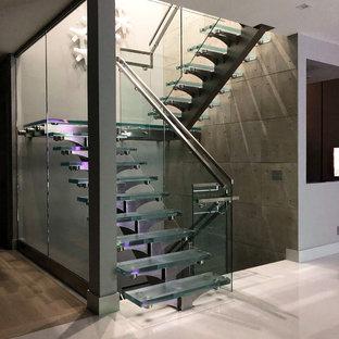 トロントの中サイズのガラスのコンテンポラリースタイルのおしゃれな階段 (混合材の手すり) の写真