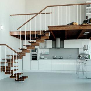 Idee per una scala curva contemporanea di medie dimensioni con pedata in legno e nessuna alzata