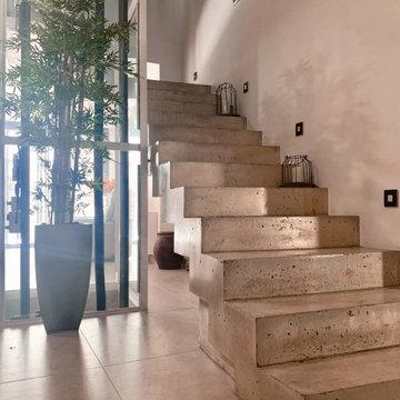 Escalera de hormigón visto | Ascensor de vidrio | CASA DEL PATIO