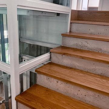 Escalera de madera y hormigón | Ascensor de vidrio | CASA DEL PATIO