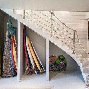 Cette photo montre un escalier bord de mer en L de taille moyenne avec des marches en béton, des contremarches en béton et des rangements.