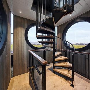 Diseño de escalera de caracol y madera, actual, grande, sin contrahuella, con escalones de madera, barandilla de metal y madera
