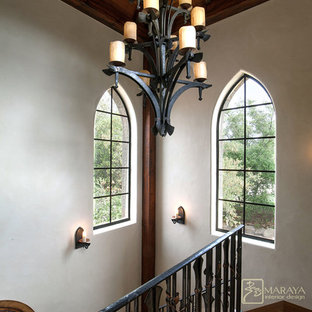 Ejemplo de escalera en U, de estilo de casa de campo, de tamaño medio, con escalones de madera y contrahuellas de madera
