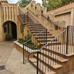 Ejemplo de escalera exterior, mediterránea, con escalones con baldosas y contrahuellas con baldosas y/o azulejos