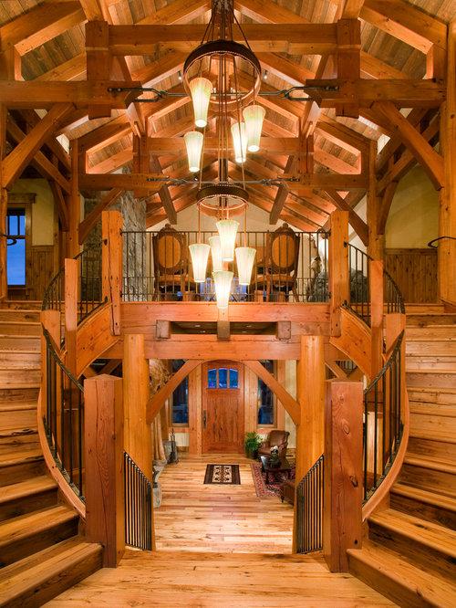 ejemplo de escalera curva rural extra grande con escalones de madera y
