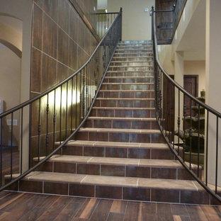 Modelo de escalera curva, de estilo zen, extra grande, con escalones de metal y contrahuellas de metal